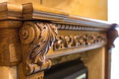 Détail en gros plan de meuble décoratif en bois découpé avec l'ornement floral fait de bois dur naturel Métier et conception d'ar images libres de droits