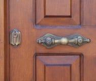 Détail en laiton de serrure de porte en bois Images libres de droits