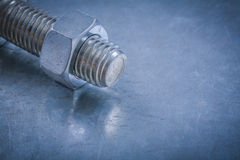 Détail et écrou filetés de boulon sur la construction métallique de fond Images libres de droits