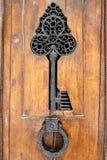 Détail et heurtoir d'une porte en bois de vintage Photo stock
