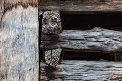 Détail extérieur de vieux faisceaux en bois de grange, empilé et entaillé photos libres de droits