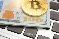Détail haut étroit de billets de banque de dollar US images stock