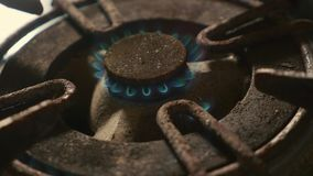 Détail haut étroit tiré du vieil anneau rouillé de fourneau de cuisine alimenté le feu avec la flamme d'allumeur brûlant dans l'é clips vidéos