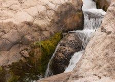 Détail horizontal d'une petite cascade Photographie stock
