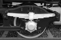 Détail noir et blanc des roues énormes à un vieux locomotiv de vapeur Photos libres de droits