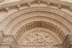 Détail portail de St Trophime (France) photos stock