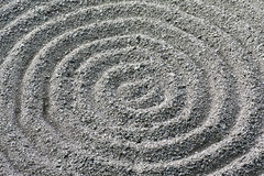 Détail ratissé circulaire de configuration de gravier de jardin de zen Photographie stock