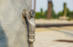 Détail structurel d'une embase en acier de courrier d'éclairage Fil de masse de sécurité joint Image libre de droits