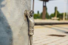 Détail structurel d'une embase en acier de courrier d'éclairage Fil de masse de sécurité joint Images libres de droits