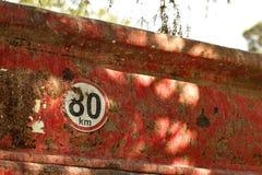 Détail sur la limitation de vitesse signe de 80 km/h à l'arrière du vieux camion à benne basculante photo libre de droits