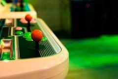 Détail sur manettes rouges dessus et vieille arcade Image libre de droits