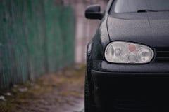Détail sur un des phares d'une voiture images libres de droits