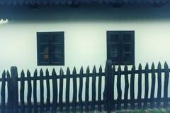 Détail traditionnel de maison avec la barrière et les fenêtres en bois du village de Holloko, héritage de l'UNESCO en Hongrie image stock