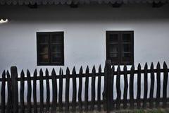 Détail traditionnel de maison avec la barrière et les fenêtres en bois du village de Holloko, héritage de l'UNESCO en Hongrie photos stock