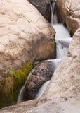 Détail vertical d'une petite cascade Image stock