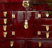 Détaillé étroitement d'une boîte de bijoux handcrafted rouge photographie stock libre de droits