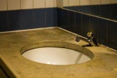 Détaille le lavabo d'effet de sépia de photo dans la station de train photo libre de droits