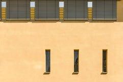 Détaillez la façade moderne d'une église avec trois la haute mosaïque étroite W images libres de droits