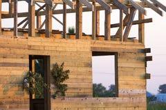 Détaillez la vue, coin du nouveau cottage traditionnel écologique en bois des matériaux naturels de bois de charpente avec le cad photo libre de droits