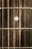 Détaillez la vue en gros plan des ficelles et des frettes de guitare photographie stock libre de droits