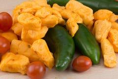 Détaillez le tir du cheddar, des poivrons et des tomates de jalapeno Photos libres de droits