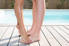 Détaillez les ajouter de corps aux jambes homme et à l'avant de femme de la piscine, Images stock