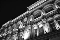 Détails architecturaux d'un bâtiment historique avec l'éclairage Photos libres de droits