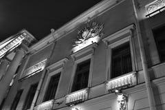 Détails architecturaux d'un bâtiment historique avec l'éclairage Photo libre de droits
