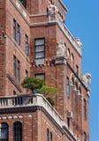 Détails architecturaux du bâtiment de mur de briques avec des terrasses et des cartouches en Chelsea, NYC photographie stock