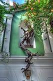 Détails architecturaux, statues, une fontaine et fleurs Photographie stock libre de droits