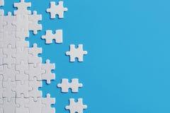 Détails blancs de puzzle sur le fond bleu photographie stock