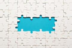 Détails blancs de puzzle sur le fond bleu et d'endroit pour l'inscription photographie stock libre de droits
