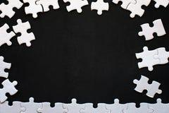 Détails blancs de puzzle sur le fond noir Avec l'espace de copie image libre de droits