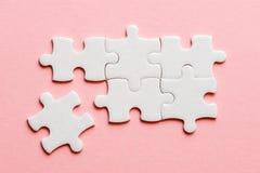 Détails blancs de puzzle sur un fond rose photos libres de droits