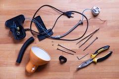 Détails cassés de lampe de bureau et vue supérieure d'instruments photographie stock