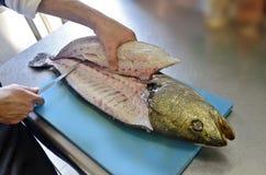 Détails ceignant d'un bandeau des poissons sur une planche à découper Photo libre de droits