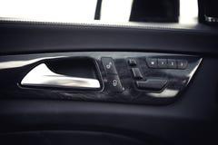 Détails d'intérieur de voiture Poignée de porte et mémoire électronique pour les chaises Photographie stock libre de droits