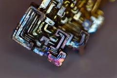 Détails d'un cristal artificiellement synthétisé de bismuth photographie stock libre de droits