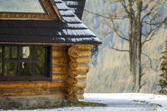 Détails d'un mur de maison en bois image stock