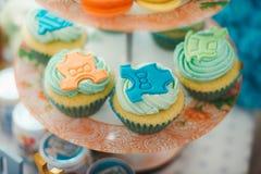 Détails d'un premier gâteau d'anniversaire d'année dans le bleu Photo libre de droits