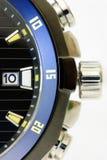 Détails d'une montre d'hommes noirs et bleus d'isolement Photo stock
