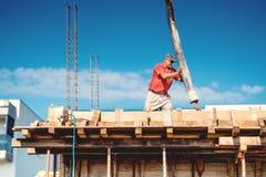 Détails de béton se renversant de travailleur avec la pompe automatique détails de chantier de construction photos libres de droits