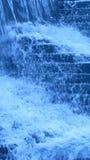 Détails de cascade à écriture ligne par ligne bleue Images stock