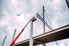 Détails de chantier de construction avec le cadre concret préfabriqué de levage de grue images stock