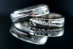 Détails de jour du mariage - deux beaux anneaux de mariage d'or Photos stock
