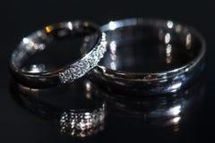 Détails de jour du mariage - deux beaux anneaux de mariage d'or Photo stock