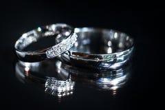 Détails de jour du mariage - deux beaux anneaux de mariage d'or Images libres de droits