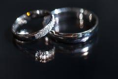 Détails de jour du mariage - deux beaux anneaux de mariage d'or Photo libre de droits