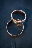 Détails de jour du mariage - deux beaux anneaux de mariage d'or Photographie stock libre de droits