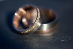 Détails de jour du mariage - deux beaux anneaux de mariage d'or Image stock